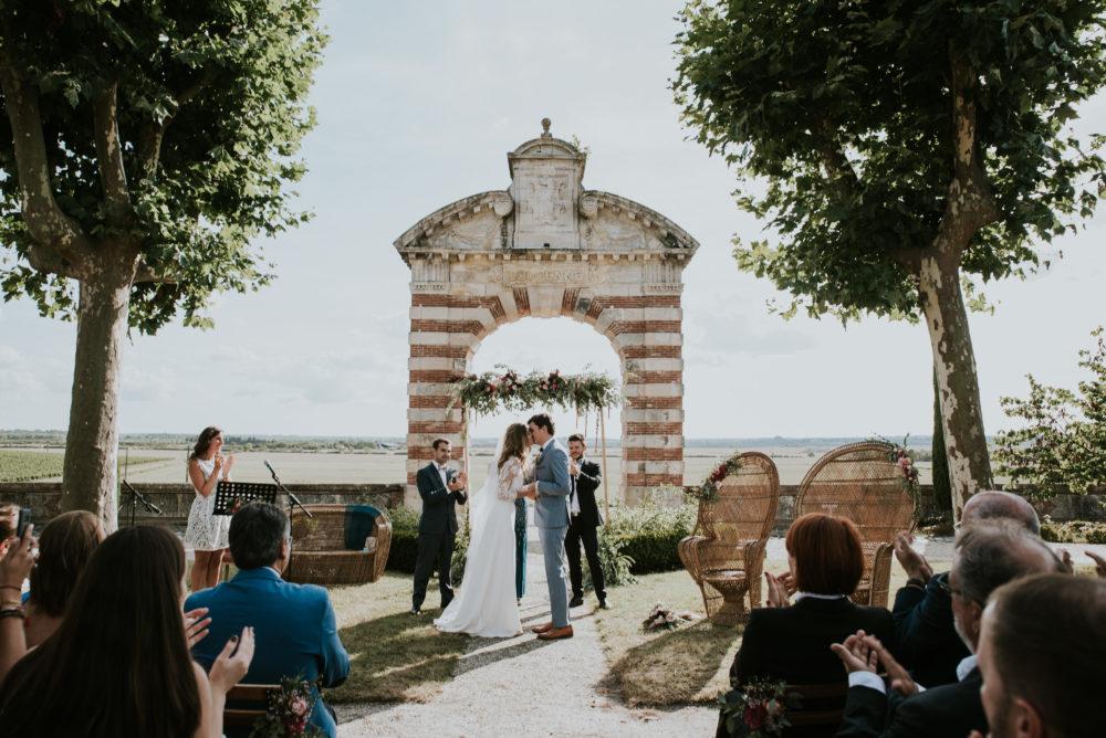 mariage dans le medoc, aux pieds des vignes, cheveux laches, bouquet champetre, coiffure boheme