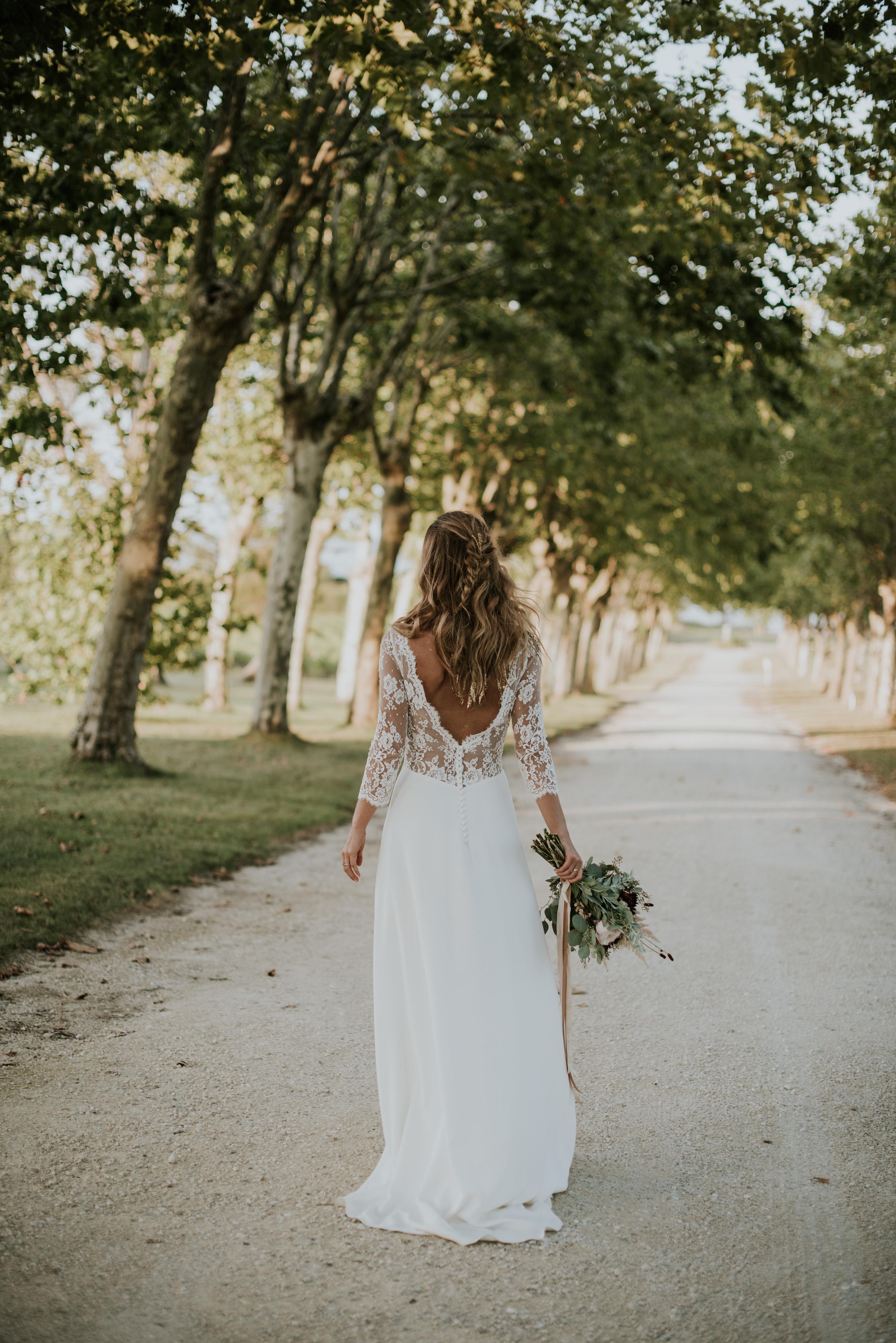 robe dentelle boheme, bouquet champetre, coiffure boheme bordeaux, tresse boheme, or dans les cheveux