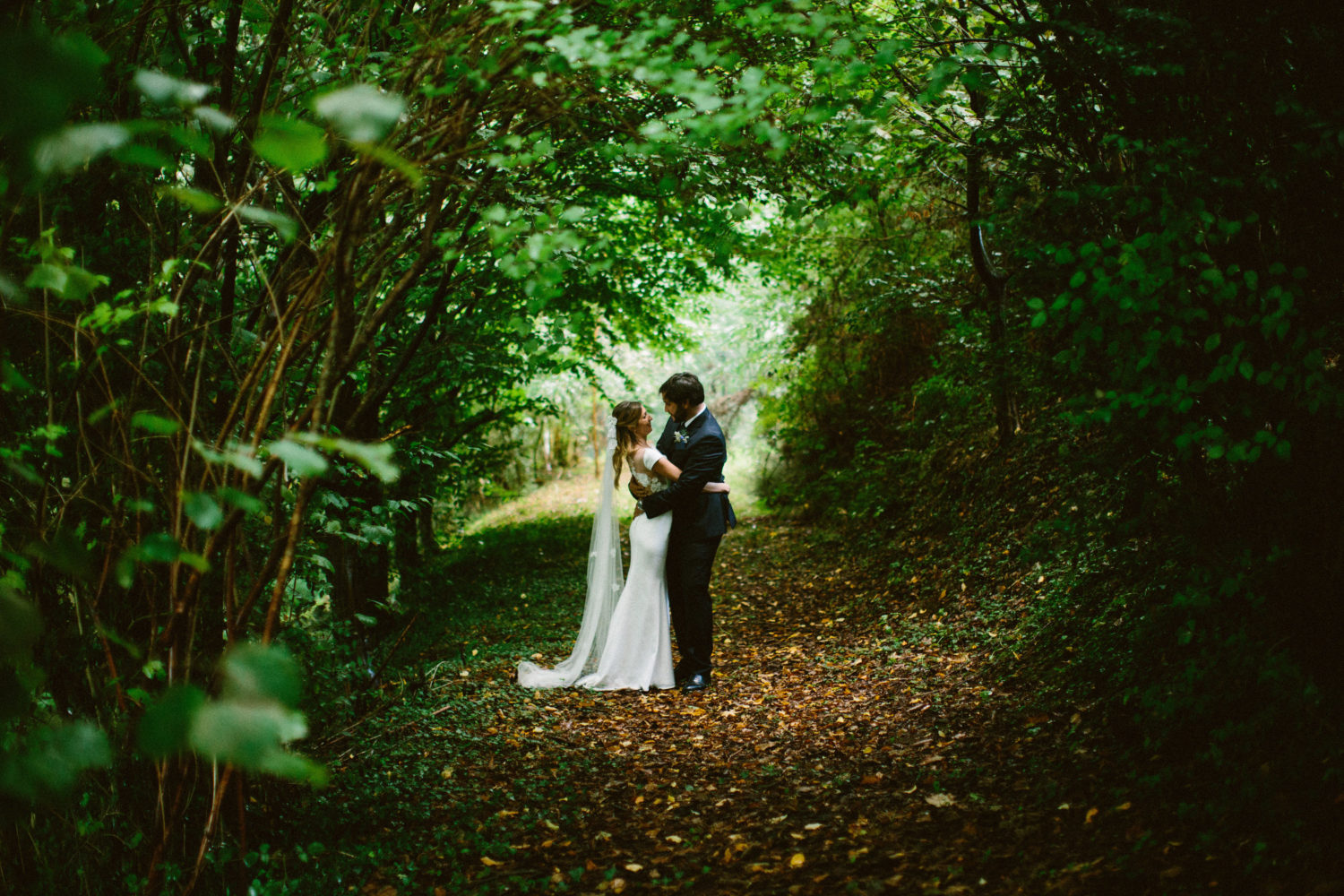 les amoureux au pays basque mariage countryside wedding in france