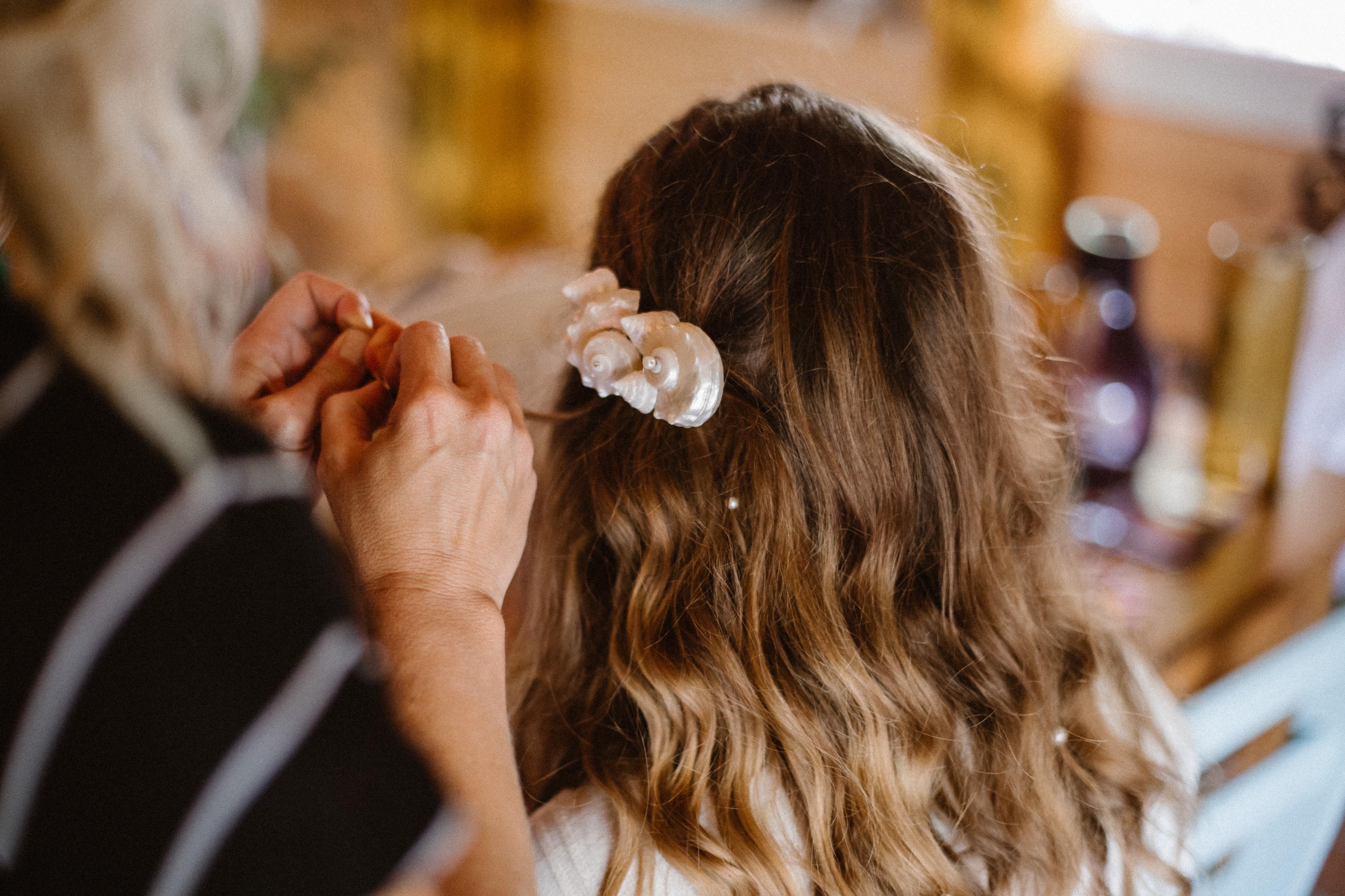 hairtsyle mariage barrette coquillage et perles dans les cheveux