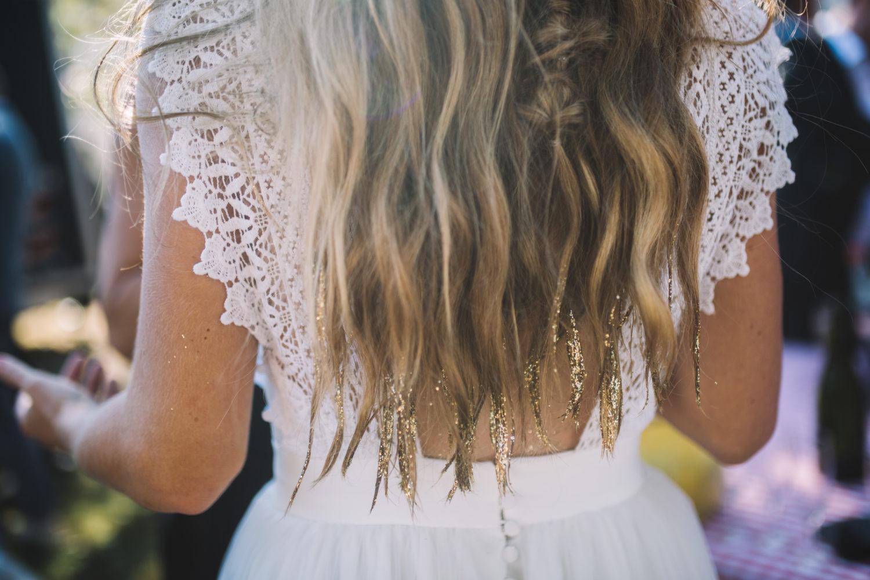 coiffure mariage cheveux wavy naturel avec pointes paillettes dorées par eglantine reigniez de Ruban Collectif