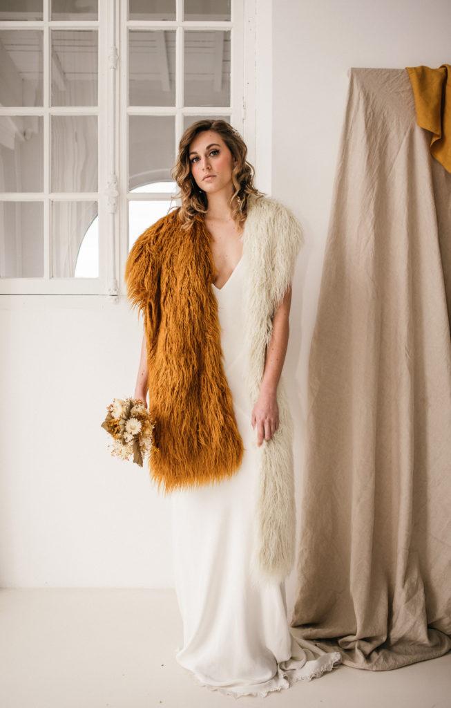 Coiffure ondulé glam par Eglantine Reigniez de Ruban Collectif avec robe moderne et écharpe Dries Van Noten