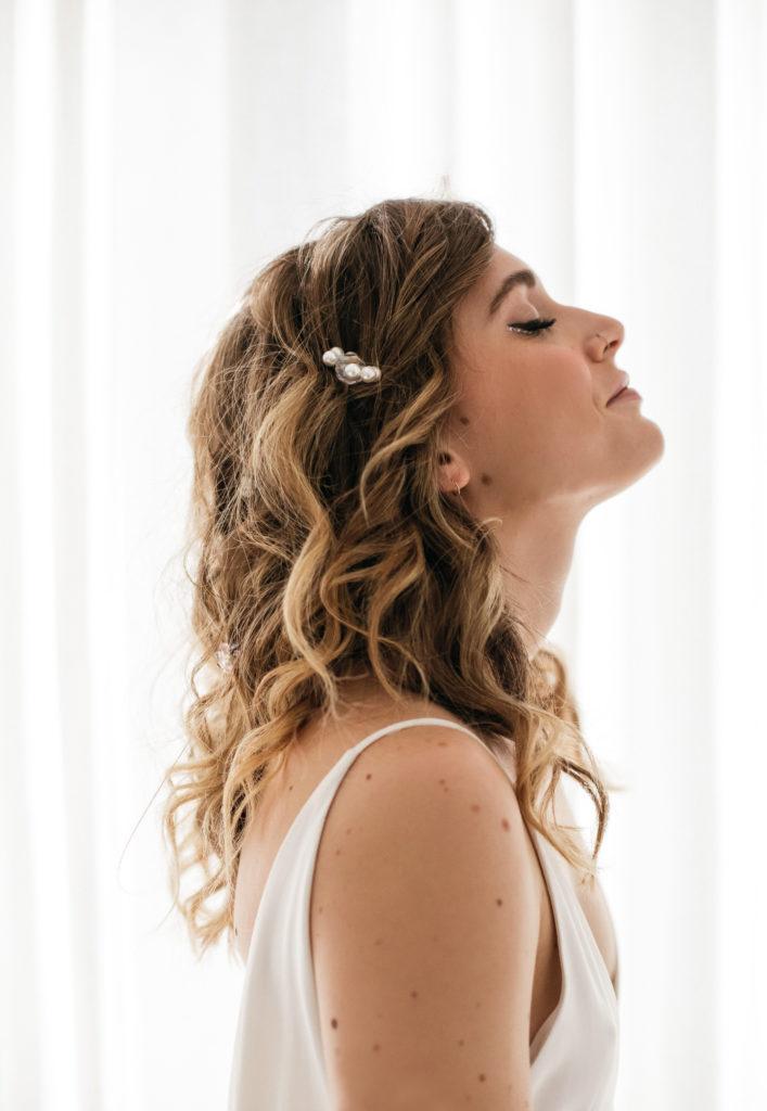 coiffure ondulé glam avec fleurs perlées fait main  par Eglantine Reigniez de Ruban Collectif