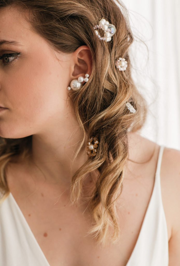 coiffure messy glam avec mini fleurs perlées par Eglantine Reigniez