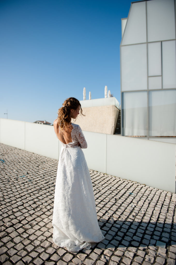 coiffure de mariée avec perles et robe de mariée Eleonore Pauc