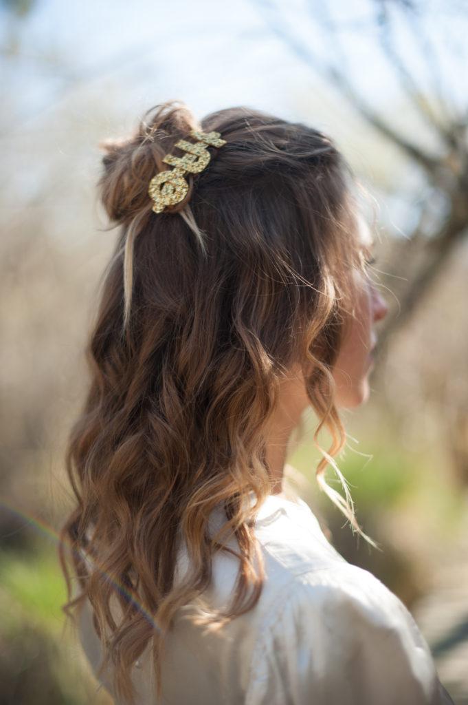 coiffure wavy avec hair clip OUI doré pour mariage fun et décalé